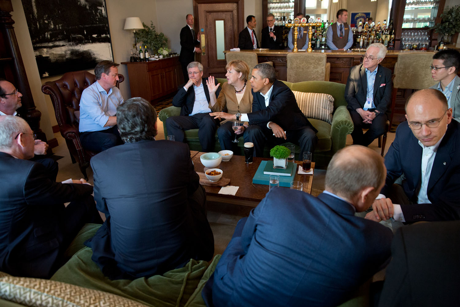 A photograph of a working dinner at the G8 summit in Enniskillen, Northern Ireland.