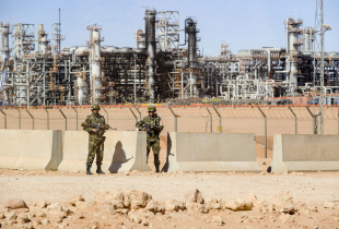 Algerian soldiers stand guard at the Tiguentourine gas complex, in In Amenas, about 1,600 kilometres southeast of the capital on January 31, 2013. - Algerian authorities organised a visit to the Tiguentourine gas plant in In Amenas for more than 120 foreign journalists, two weeks after a group of militants took hostage hundreds of workers from the gas complex.